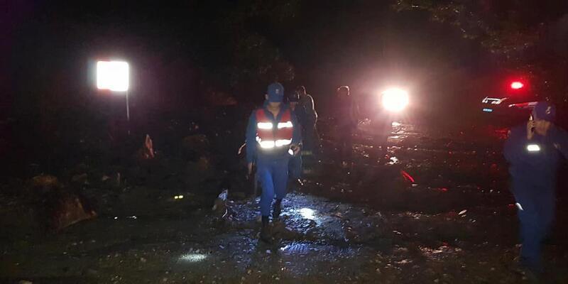 Tire'de sağanak heyelana neden oldu, yol kapandı