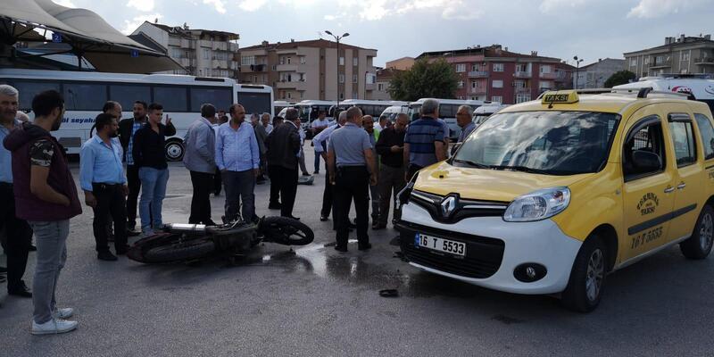 Taksiyle çarpışan motosikletli yaralandı