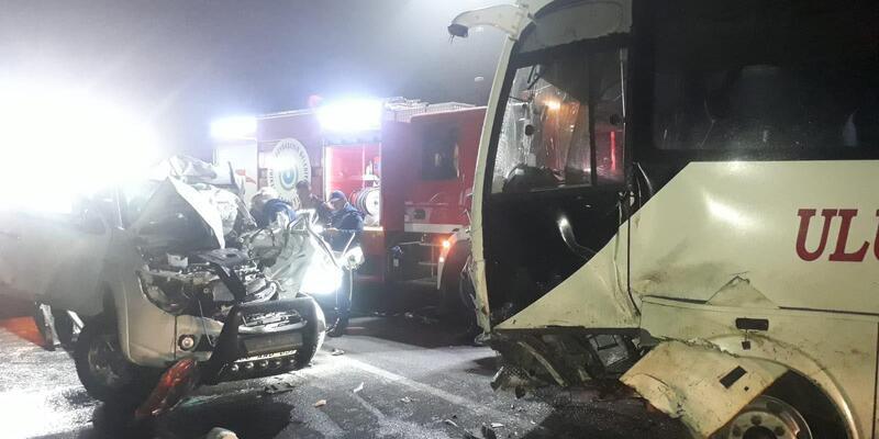 Midibüs ile çarpışan kamyonetin sürücüsü öldü