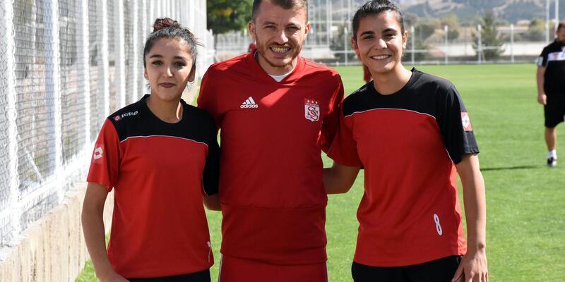Kadın futbolculardan Sivasspor'un antrenmanına ziyaret