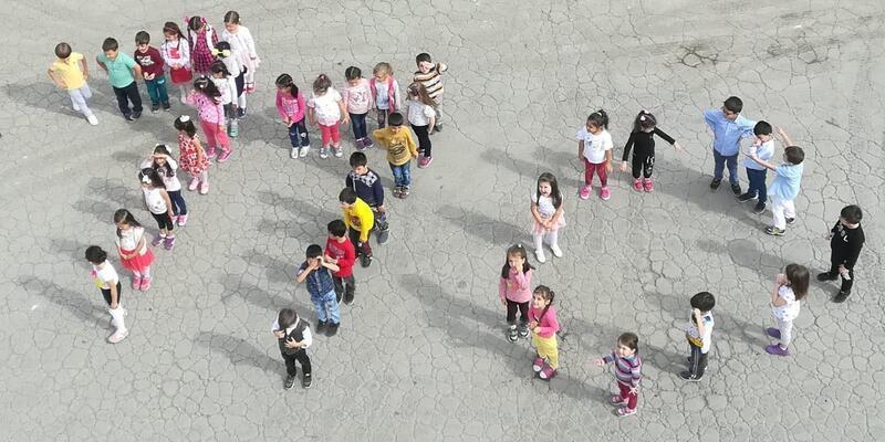 İtfaiyeyi ziyaret eden minik öğrenciler, bedenleriyle '110' yazdı