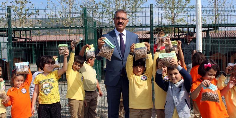 Turhal'da ilkokul öğrencileri hayvan barınağı ziyaret etti