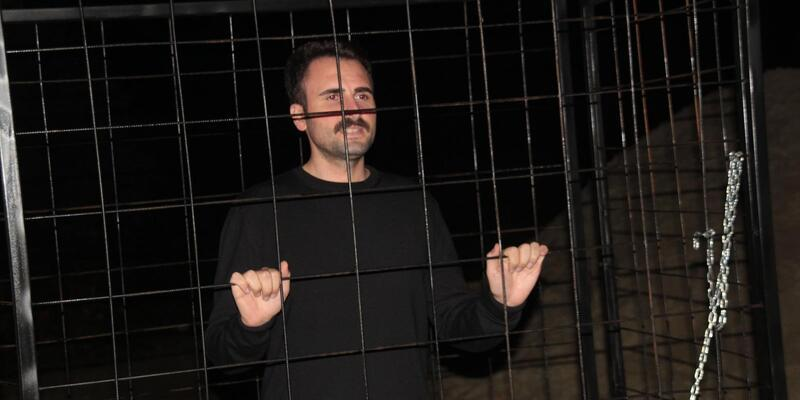 AK Partili İlçe Başkanı hayvanlar için kafese girdi
