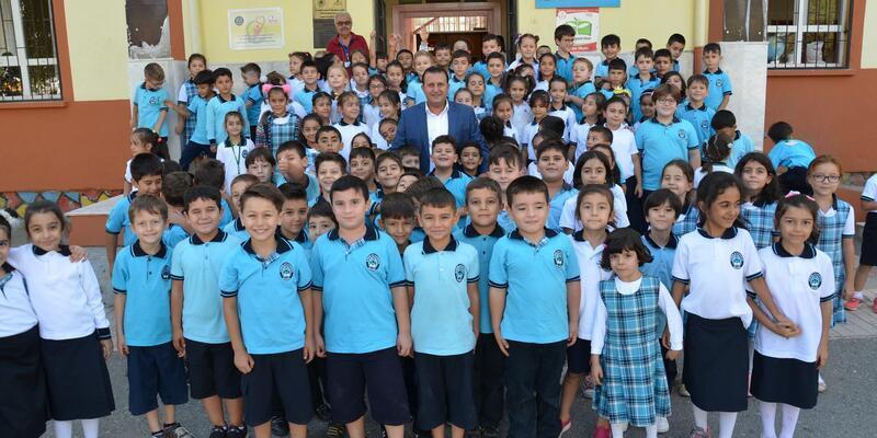 Menderes'te 1300 öğrenciye kırtasiye seti hediye edildi