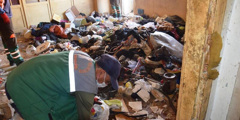 Malatya'da kötü koku gelen evden 4 kamyon çöp çıkarıldı