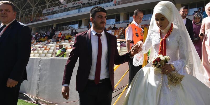 Malatya'da gelin-damat düğünden önce maça geldi