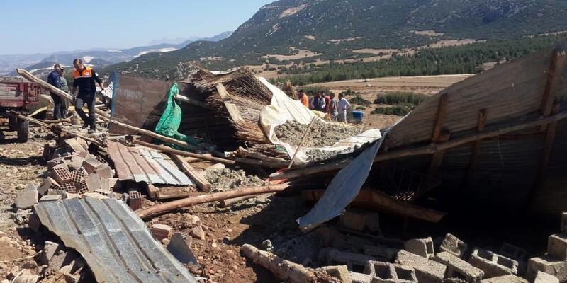 Ağılın çatısı çöktü; besici ağır yarandı, 1 koyun telef oldu