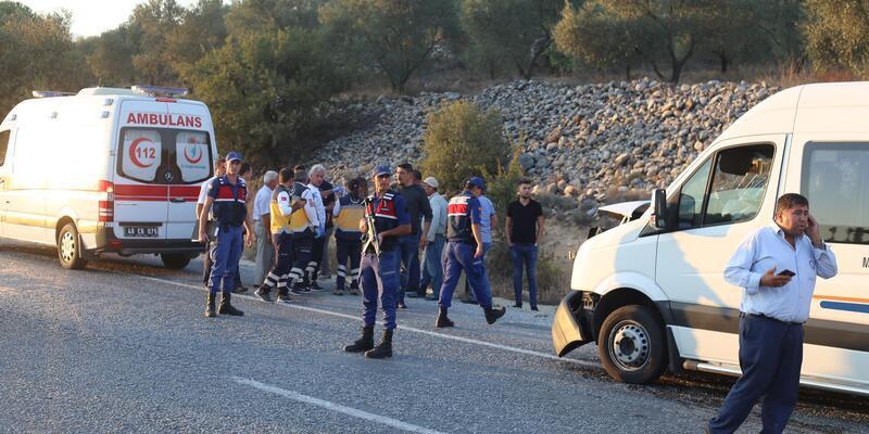 Yolcu minibüsü, mermer yüklü kamyonete çarptı: 14 yaralı