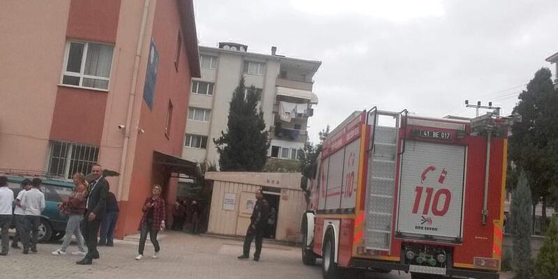 Okulun bahçesindeki izolasyon malzemeleri yandı