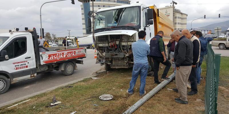 Hafriyat kamyonu ile otomobil çarpıştı: 2 yaralı
