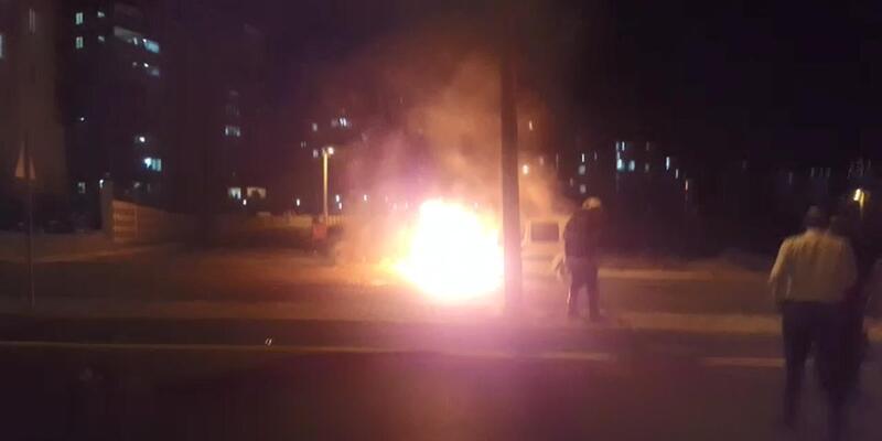 Park halindeki hafif ticari araç yandı