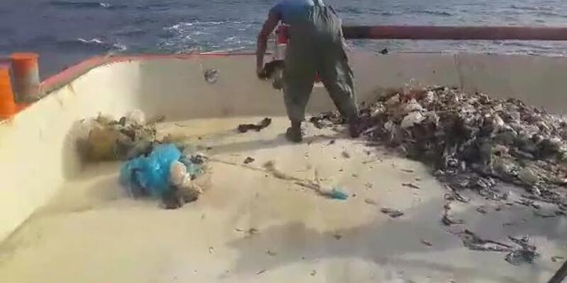 Ağlar balık yerine çöple doluyor