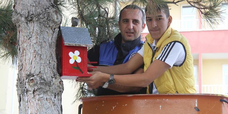 Zihinsel engelli öğrenciler, yaptıkları kuş evlerini huzurevine bahçesine astı