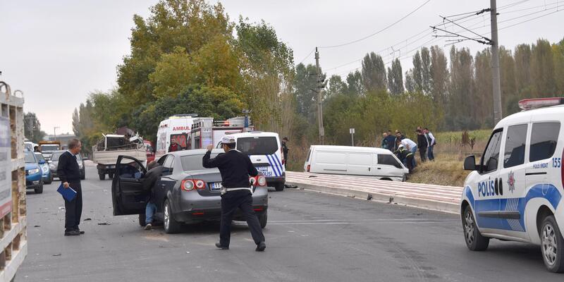 Bozüyük'te otomobille çarpışan minibüsün sürücüsü yaralandı