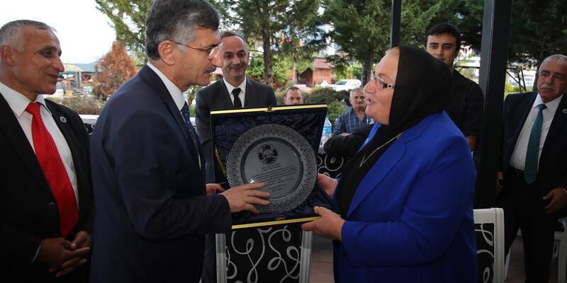 Vali Bektaş'tan Rize'deki tek kadın muhtara plaket