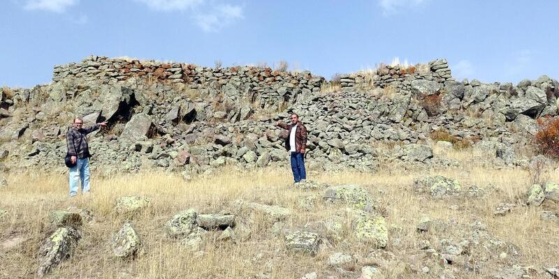 Tunç Çağı kalesine zarar verip, koçbaşlı mezar taşlarını götürdüler