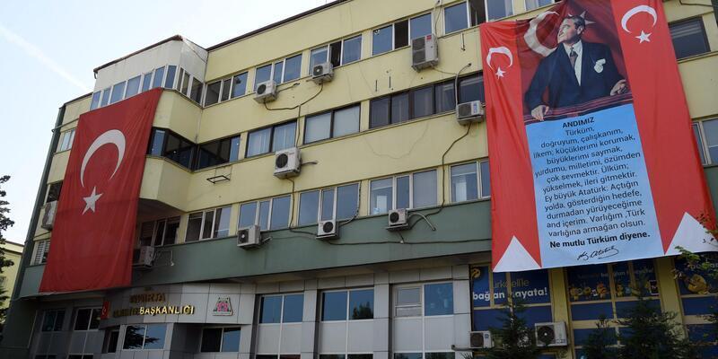 Belediye binasına dev 'Atatürk' ve 'Andımız' pankartı