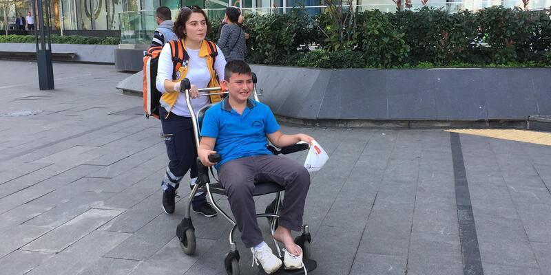 AVM'ye götürülen öğrenciler yürüyen merdivende düştü: Yaralılar var (1)