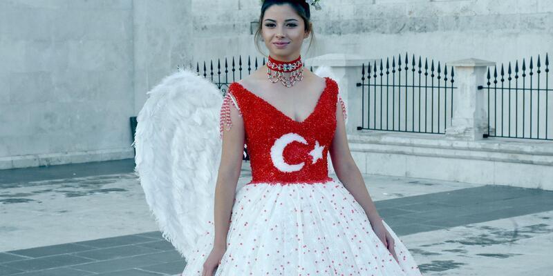 29 Ekim'e özel, Türk bayraklı gelinlik tasarladı