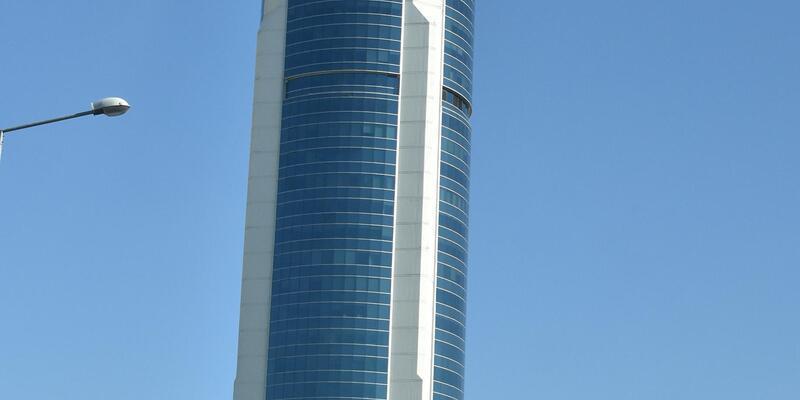 42'nci kattan atlayıp, AVM'nin çatısına düşen gencin durumu kritik