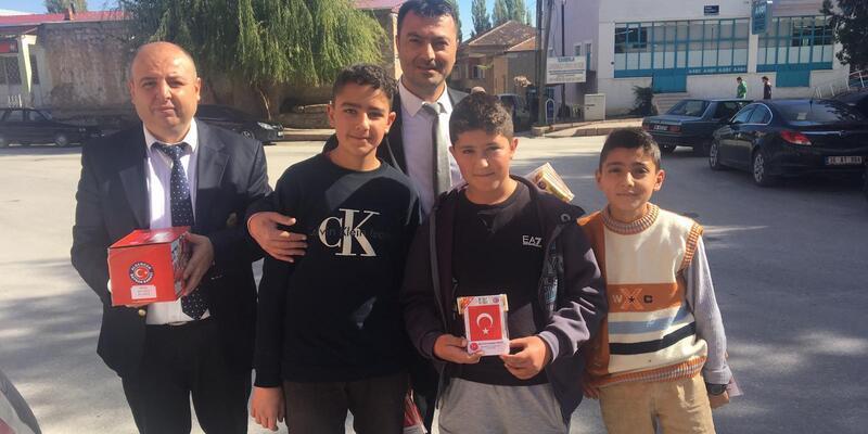 MHP Kocasinan ilçe teşkilatı esnafa Türk bayrağı dağıttı