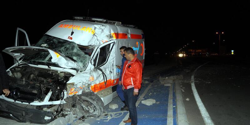 18 günlük hasta bebeğin taşındığı ambulans ile TIR çarpıştı: 3 yaralı
