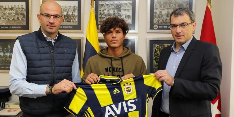 Gürol Demirezen Fenerbahçe'yle imzaladı