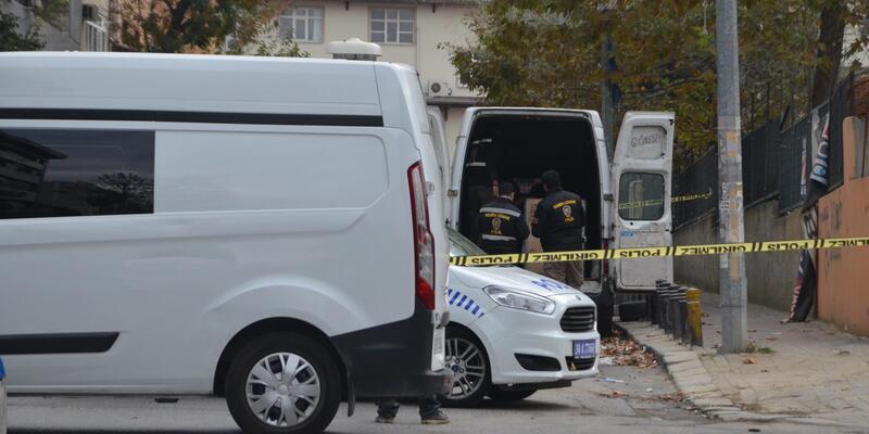 (Geniş haber) Küçükçekmece'de kargo aracının içinde şüpheli paket polisi alarma geçirdi