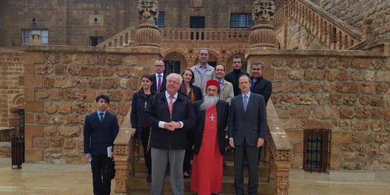 Alman ve Fransız Büyükelçiler Mardin'de tarihi Manastırı gezdi