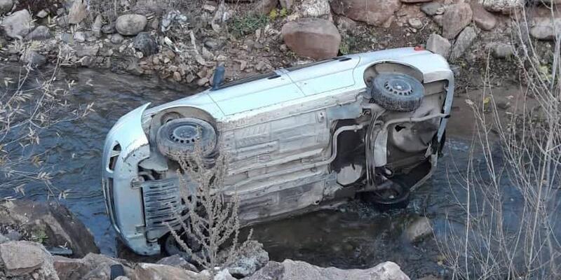 Suşehri'nde otomobil dereye uçtu: 1 yaralı