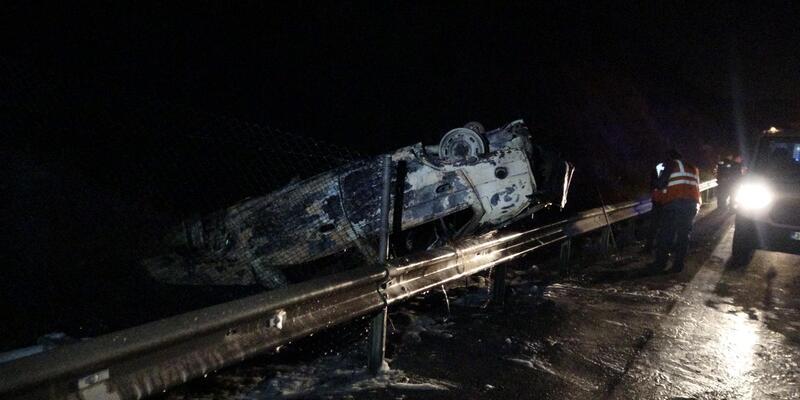Bariyerlere çarpan araç yandı: 4 yaralı