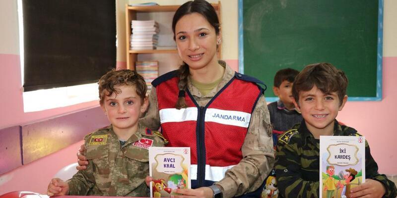 Jandarma çocuklara kitap hediye etti