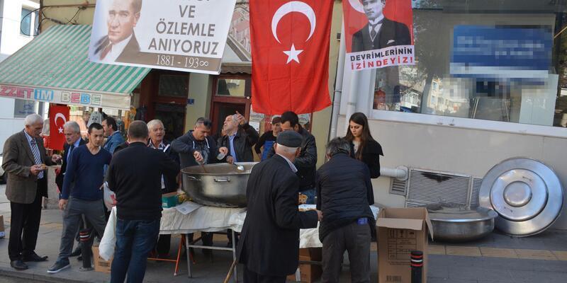 Bilecik'te esnaf Atatürk için helva dağıttı