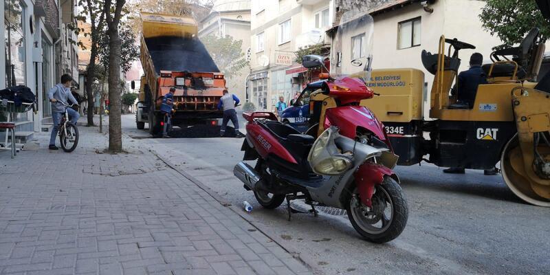 Kaza yaptıran çukur, belediye tarafından asfalt dökülerek düzeltildi