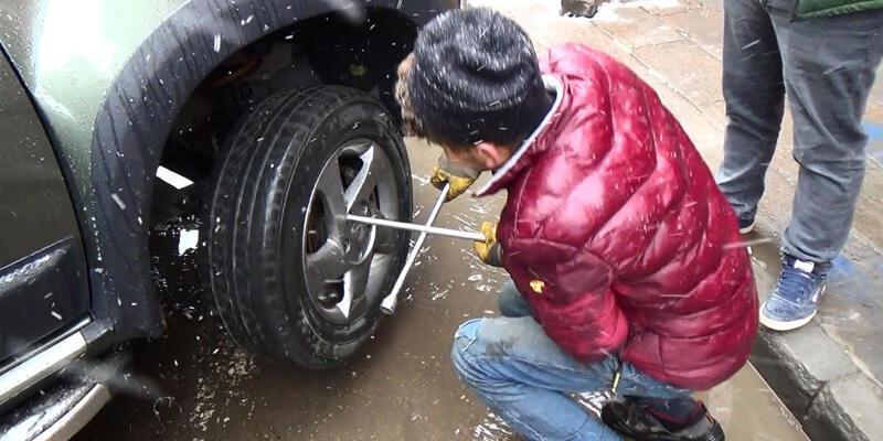 Kar yağdı, sürücüler oto lastikçilere akın etti