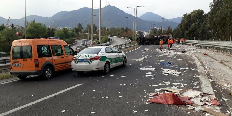 TIR yağmurda kayganlaşan yolun virajında devrildi; sürücü öldü