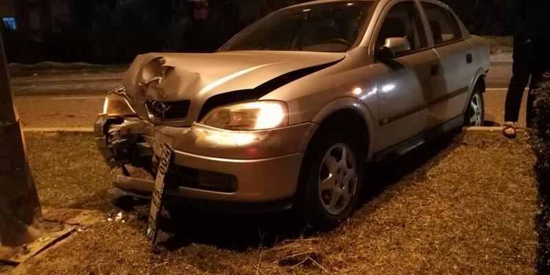Kontrolden çıkan otomobil, ağaçlara ve direğe çarptı: 1 yaralı