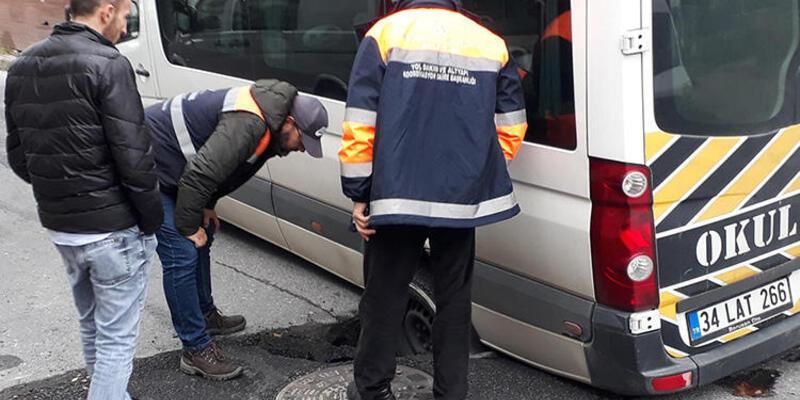 Bakırköy'de çöken yol nedeniyle öğrenciler mahsur kaldı