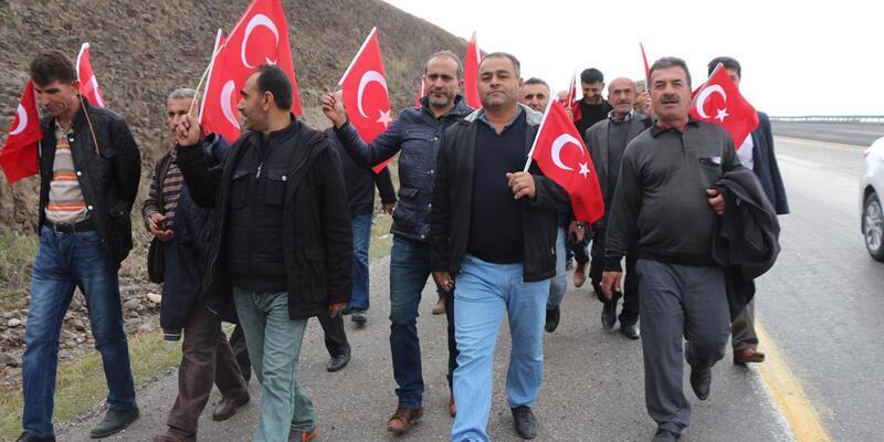 Mahkeme kararına rağmen işlerine dönemeyen işçiler, Valiliğe yürüdü
