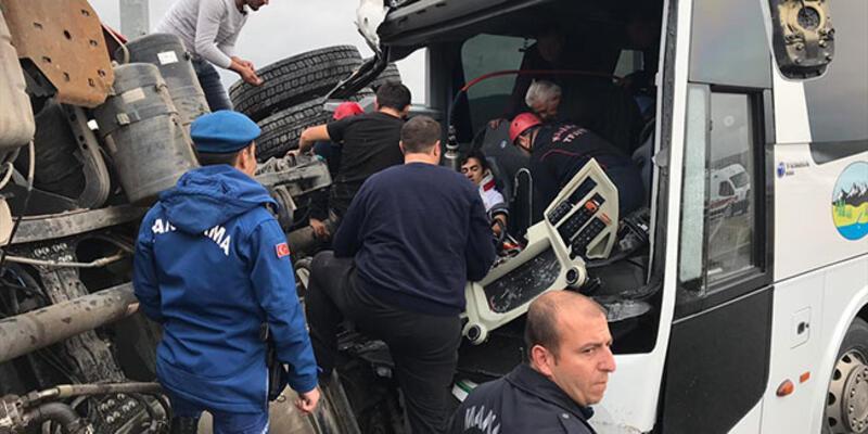 Otobüs ile kamyon çarpıştı: 17 yaralı