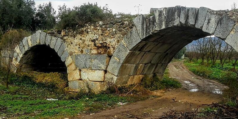 Tarihi taş köprünün altını kazdılar