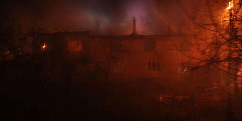 Yemeği ocakta unuttu, iki katlı bina yandı
