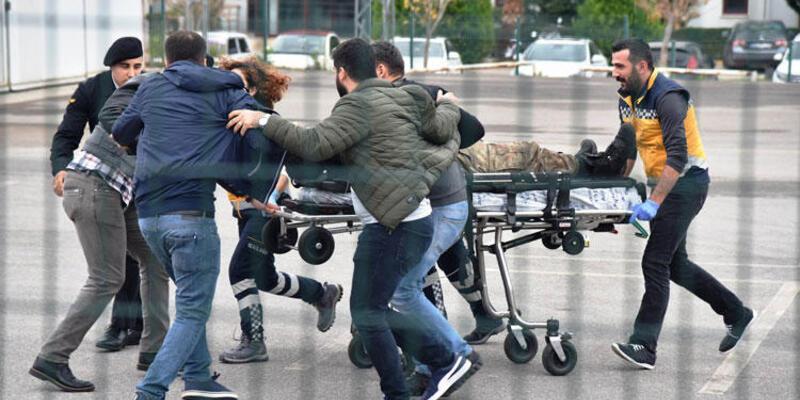 Antalya'da hareketli dakikalar: 2 asker yaralandı, saldırgan öldürüldü