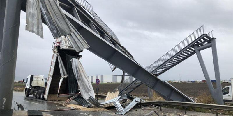 Üst geçit yıkıldı: Edirne-İstanbul yolu trafiğe kapandı
