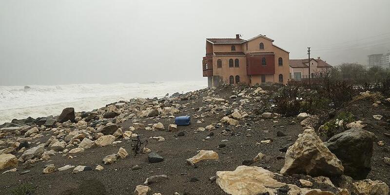 Karadeniz'de dalgalar sahil şeridinde zarar verdi