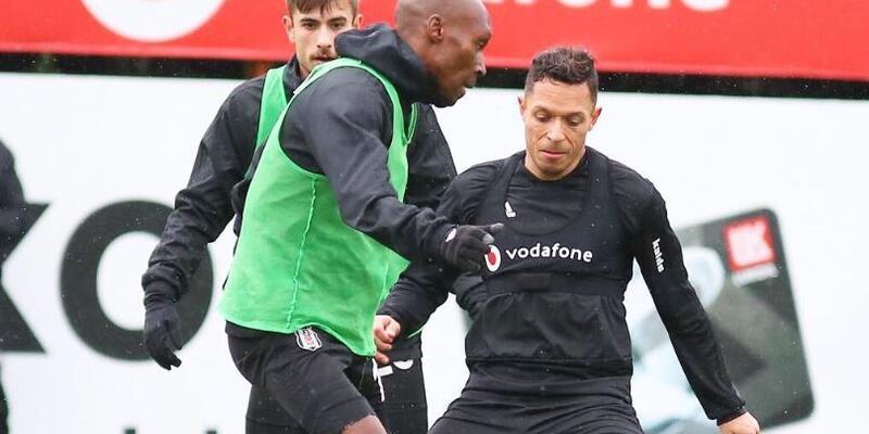 Adriano takımla çalışmalara başladı