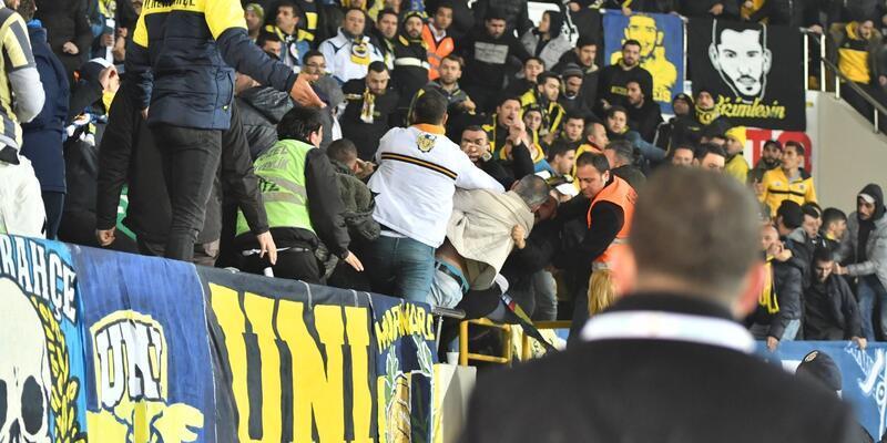Akhisar'da Fenerbahçe tribününde kan aktı