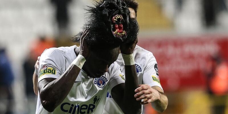 Maskesinden vazgeçemeyen golcü tutulamıyor