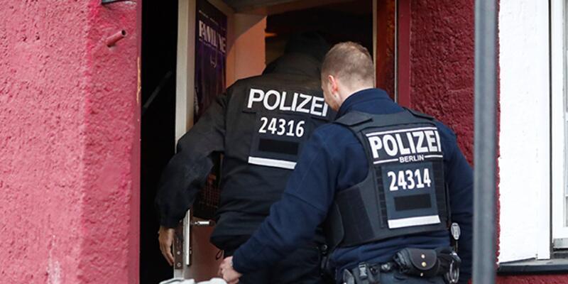 Almanya'da otomobil AVM'ye daldı: 9 yaralı