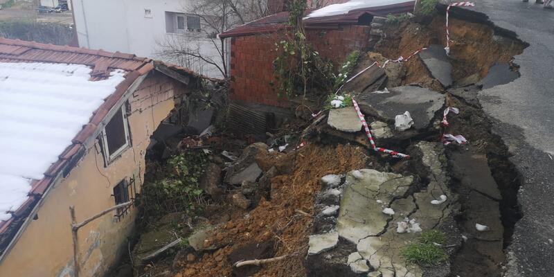 Son Dakika... Beykoz'da yol evin üzerine çöktü